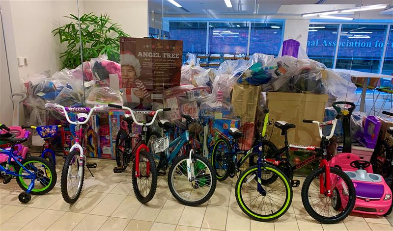 From 🚲 to 🧸, our employees from across the country collected items on children's wish lists to support the @SalvationArmyUS Angel Tree program.   See why we #FightForGood: https://t.co/vIhVs2o9yN #HappyHolidays #LifeAtCoStar https://t.co/cpVCAXpc2T