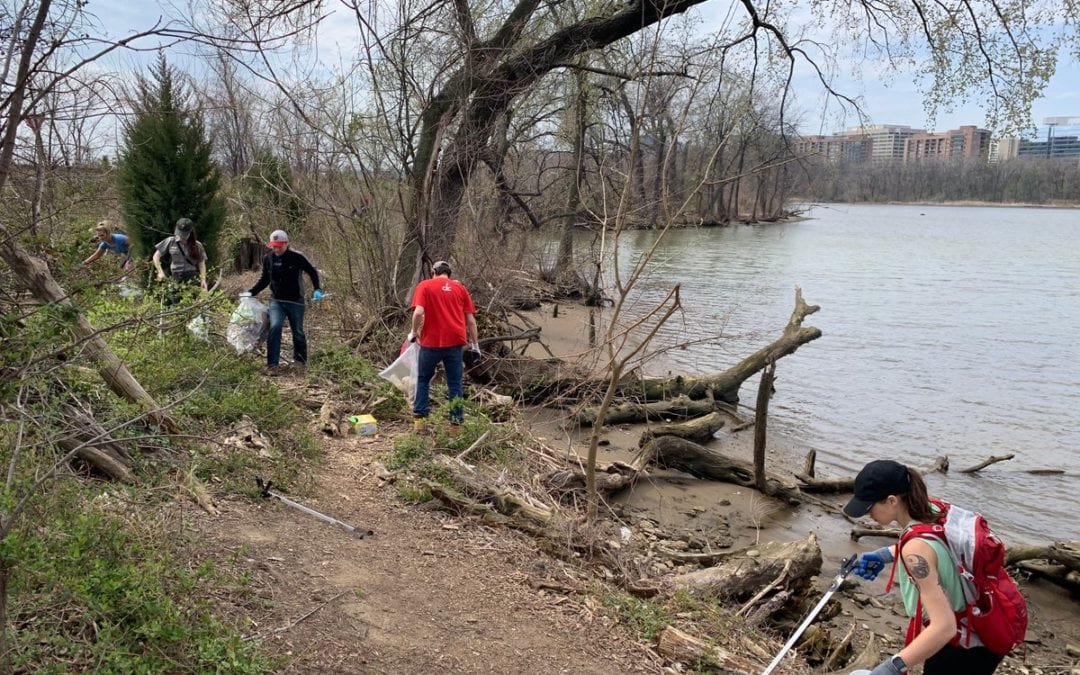 Happy #EarthDay! 🌎  We're looking back to last year when our CoStar Group DC employees helped clean up #GravellyPoint Park with @thenationsriver. #CoStarBuilds #LifeAtCoStar https://t.co/mDoOLJDvUe