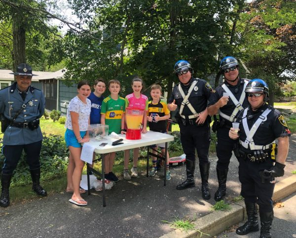 While on break during a funeral escort, officers came upon a lemonade stand on Middle St in #Braintree   We heard we were better tippers than @BraintreePolice  🤫#CopsLoveLemonadeStands https://t.co/F7VNRAxJn6